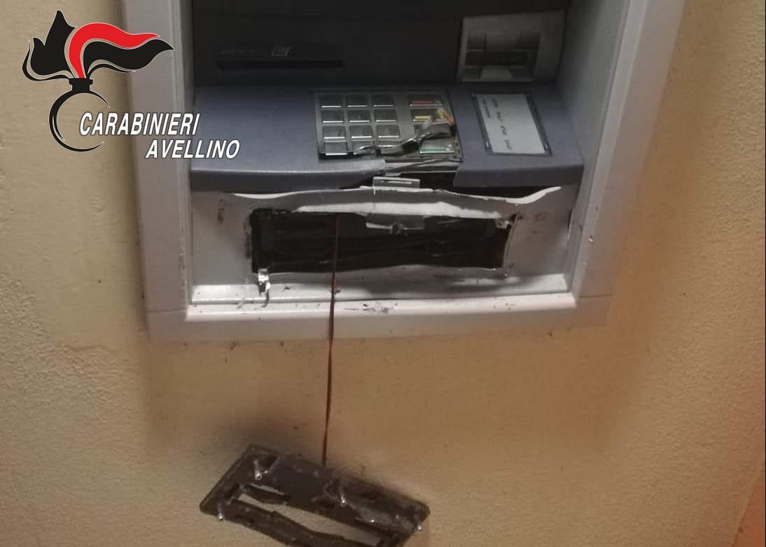 Savignano Irpino| Tentano di scassinare il bancomat della Bcc Flumeri, costretti a fuggire dall'arrivo dei carabinieri
