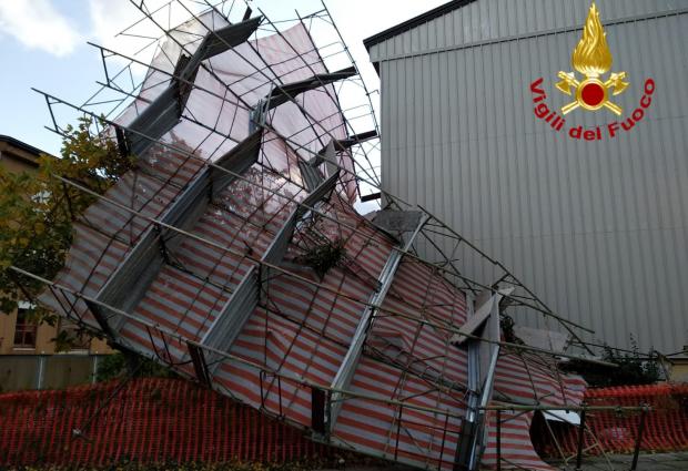 Maltempo in Irpinia: cadono alberi, pali della luce e una grossa impalcatura. Decine di interventi dei vigili del fuoco