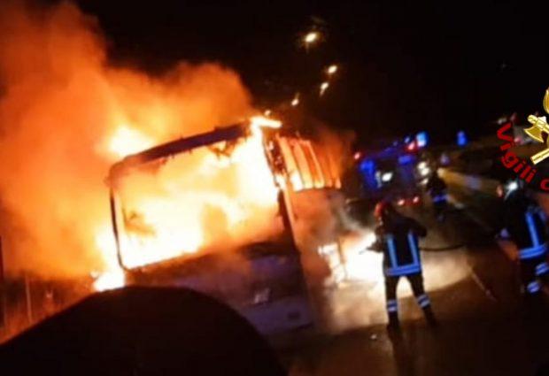 Vallata  Pullman carico di pellegrini in fiamme sull'A16, paura per i passeggeri