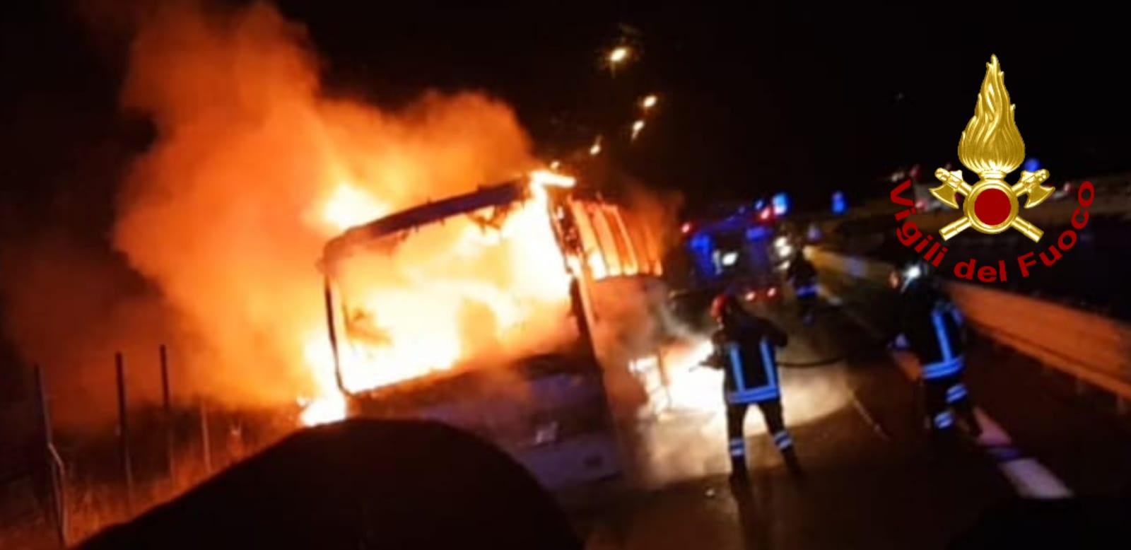 Vallata| Pullman carico di pellegrini in fiamme sull'A16, paura per i passeggeri