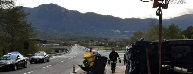 Montella| Ofantina, autocarro sbatte sullo spartitraffico e si ribalta: ricoverati padre e figlio