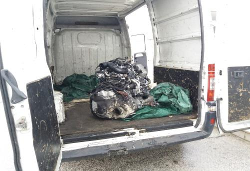 Trasportavano il motore di una Jaguar rubato, 2 marocchini inseguiti sull'A16 e arrestati dalla Polstrada
