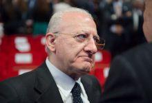 """Covid-19, De Luca: """"Chi porta mascherina al collo imbecille doppio"""""""