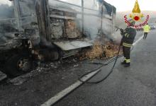 Vallata| A16, autocarro in fiamme completamente carbonizzato: conducente sotto shock