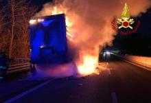 Pratola Serra| Camion in fiamme sull'A16, autostrada chiusa e traffico in tilt