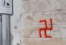 Svastiche sui muri di Mirabella, denunciati un 20enne e un minore. La notte brava potrebbe costargli cara