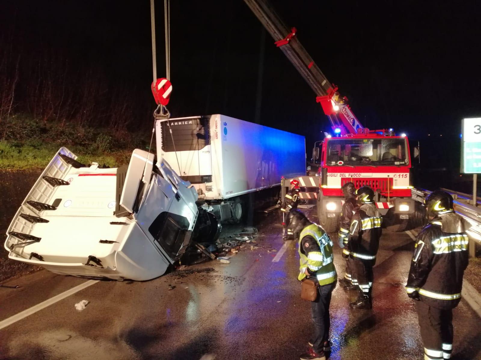Castel del lago| Tir si ribalta sul raccordo autostradale , ferito 30enne