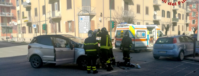 Avellino| Scontro tra due auto a piazza Perugini, due le persone rimaste ferite