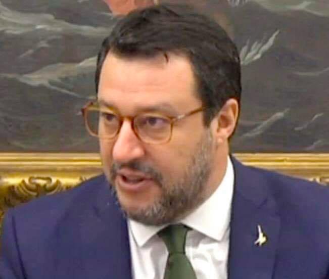 Salvini: De Luca pensi a riaprire gli ospedali e alla bella Campania anziché ai miei occhiali