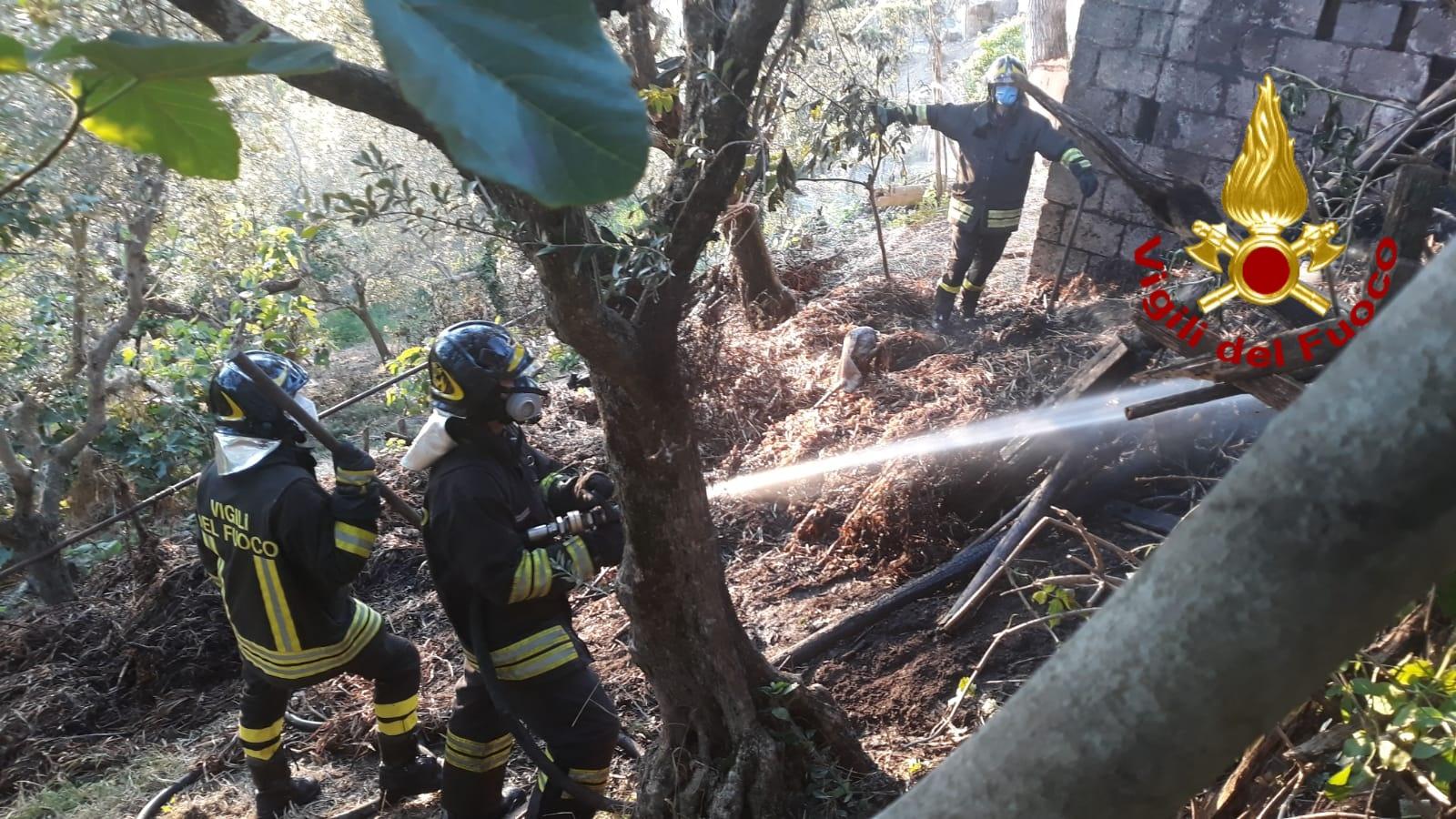 Ariano Irpino  Incendio in un deposito agricolo, vigili del fuoco al lavoro fino al mattino