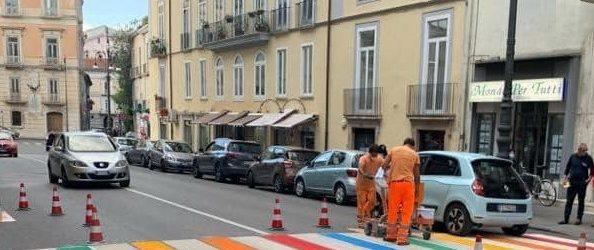 Avellino| Strisce pedonali colorate a via Matteotti, la Polstrada multa la Municipale