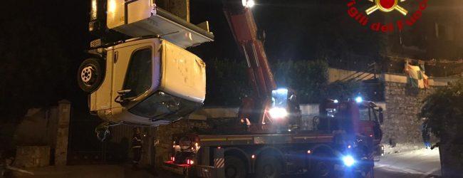 Solofra| Camioncino dei rifiuti finisce in un torrente, intervengono i vigili del fuoco