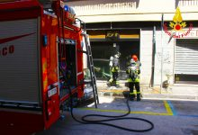 Fiamme in un negozio di via Zigarelli, i vigili del fuoco salvano buona parte della merce