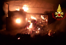 Montecalvo irpino| Incendio in un capannone, in fiamme 600 rotoballe di fieno: vigili del fuoco al lavoro dalla scorsa notte