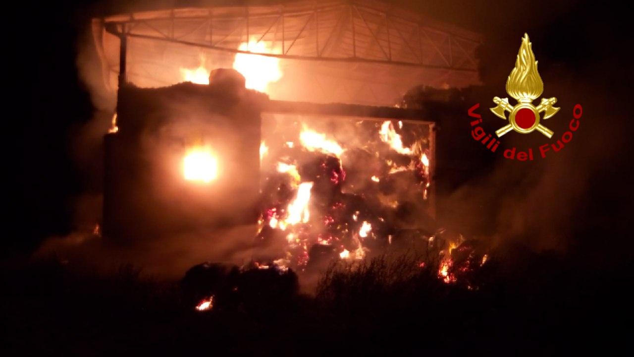 Montecalvo irpino  Incendio in un capannone, in fiamme 600 rotoballe di fieno: vigili del fuoco al lavoro dalla scorsa notte