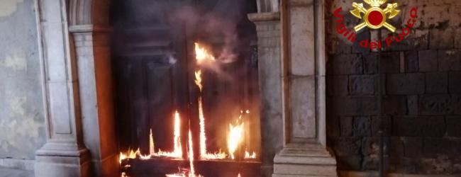 Incendiato il portone di un'abitazione, paura nella notte a Contrada