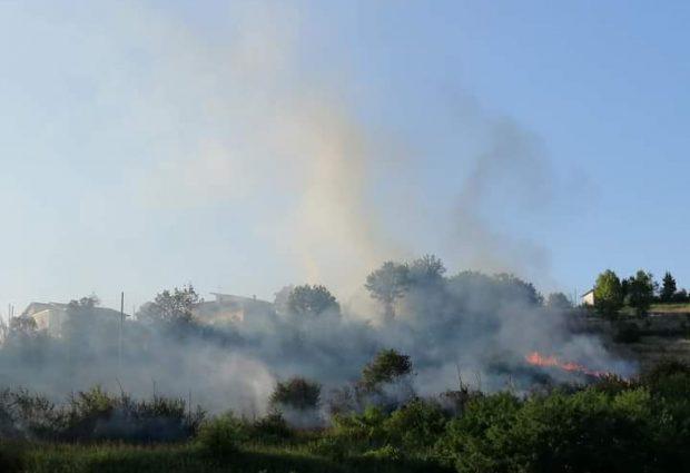 Benevento| Fiamme nei  pressi del centro commerciale, intervento dei vigili del fuoco