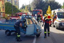 Avellino| Incidente in via Ferrante: Apecar si ribalta, conducente incastrato sotto il veicolo