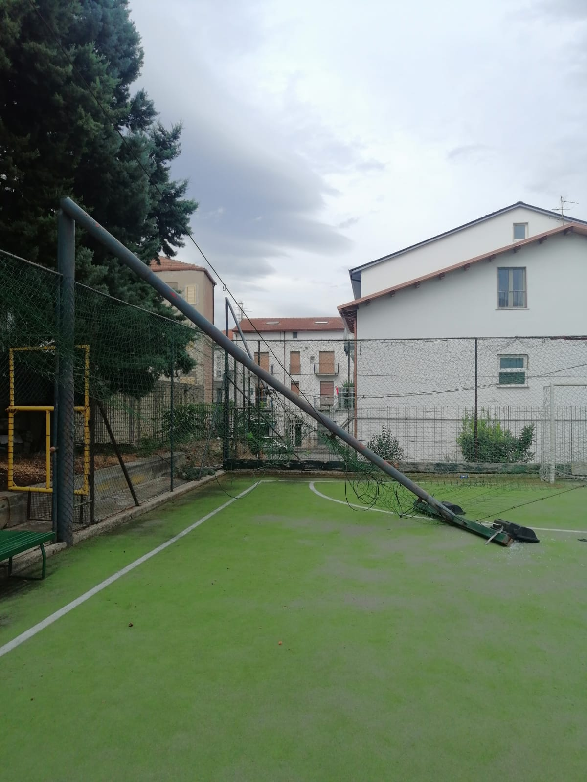 Benevento  Forte vento, cede palo nel Centro sportivo 'Liberta'/FOTO