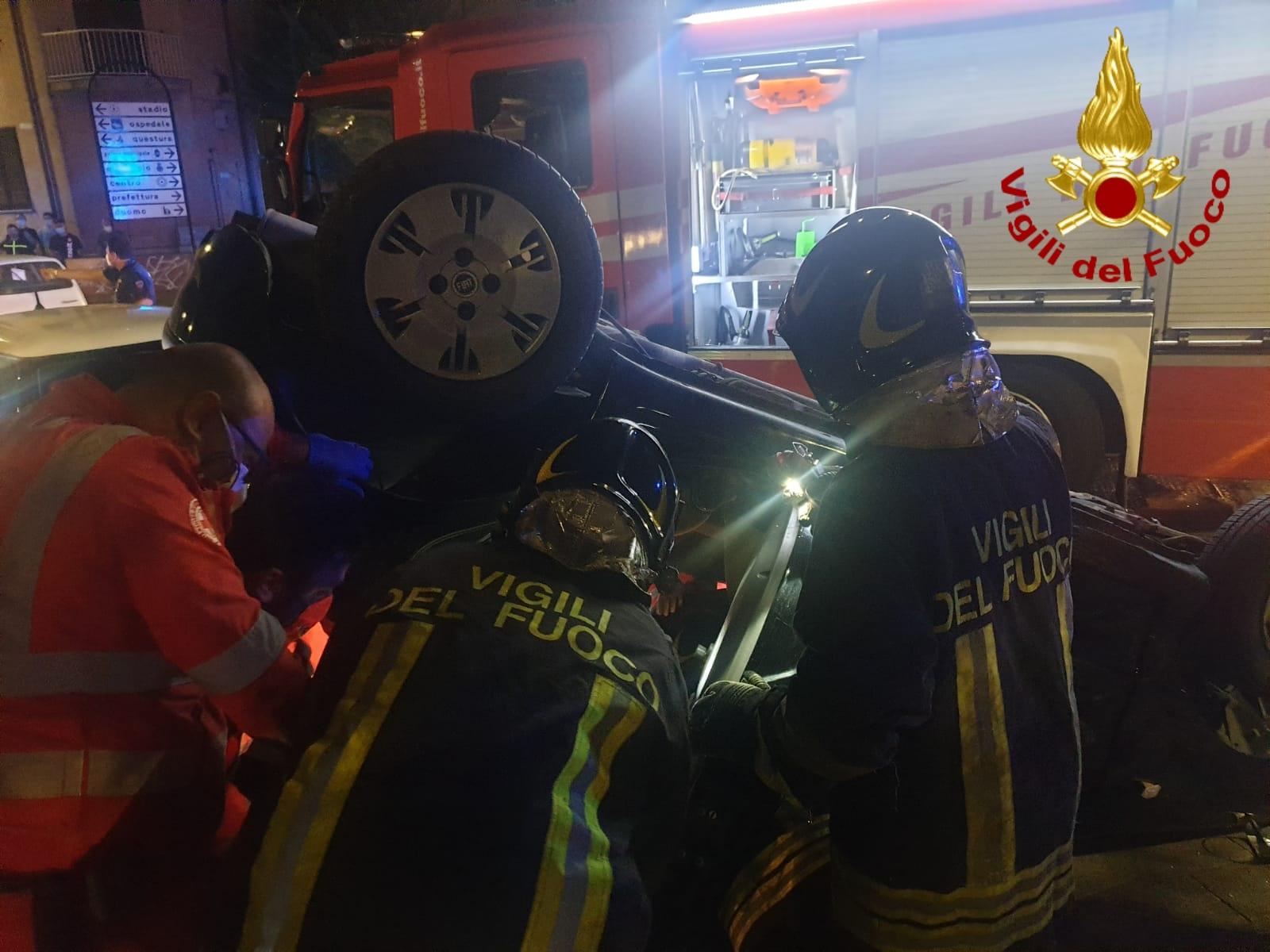 Avellino| Scontro tra 2 auto in via Roma, una si ribalta: ragazzo incastrato, 3 i feriti