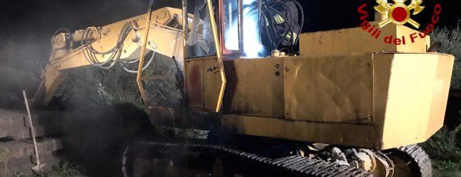 Escavatore in fiamme a Sirignano, si teme un avvertimento a scopo estorsivo. Indagini in corso