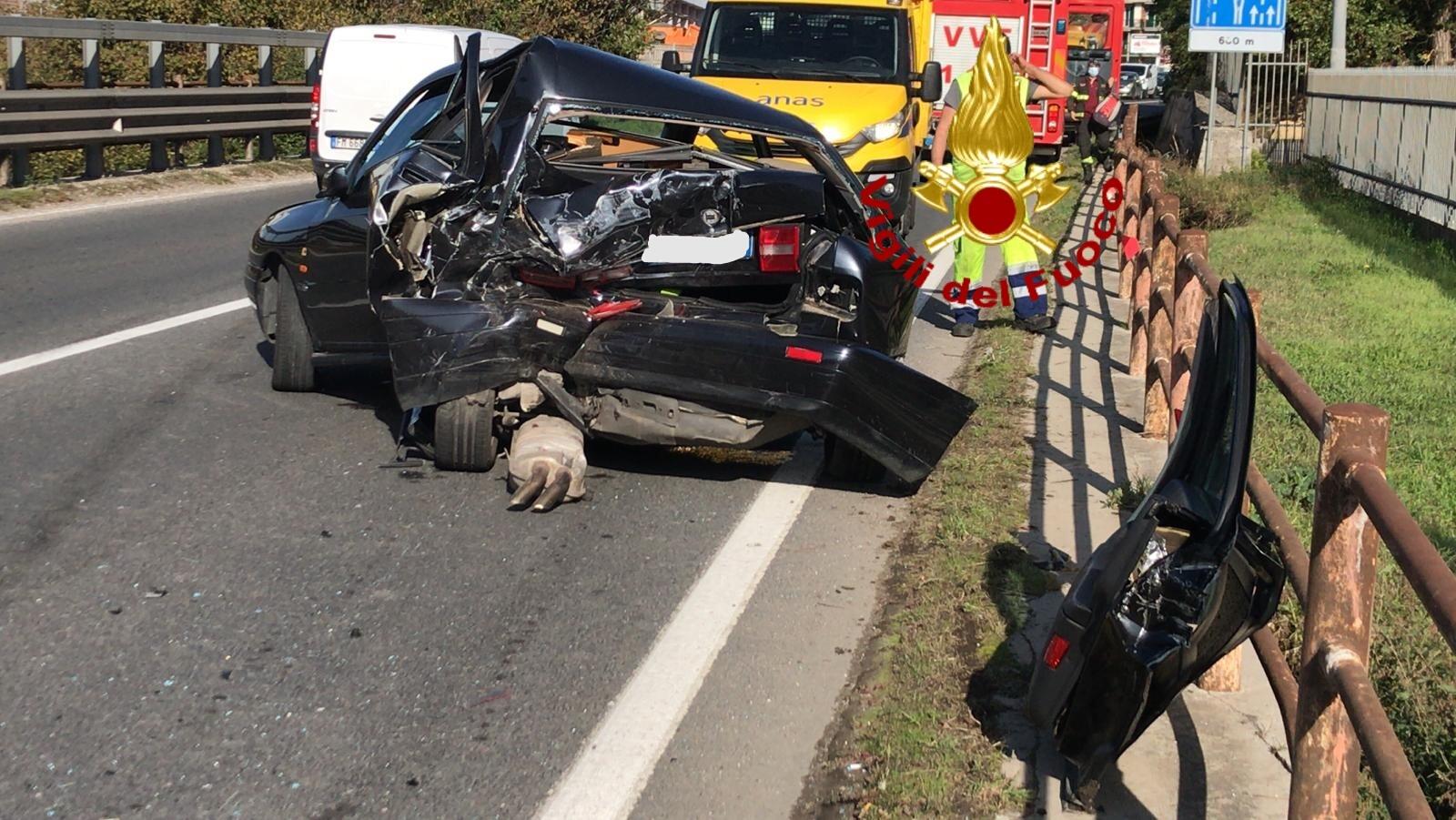 Atripalda| Impatto tra 3 veicoli sulla Variante, 2 feriti: automobilista resta incastrato, liberato dai vigili del fuoco