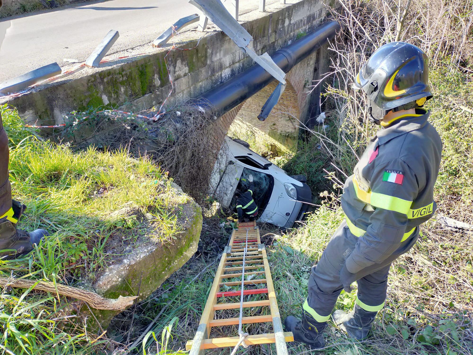 Sant'Agata de' Goti| Furgoncino giù da un ponte, illesi due giovani