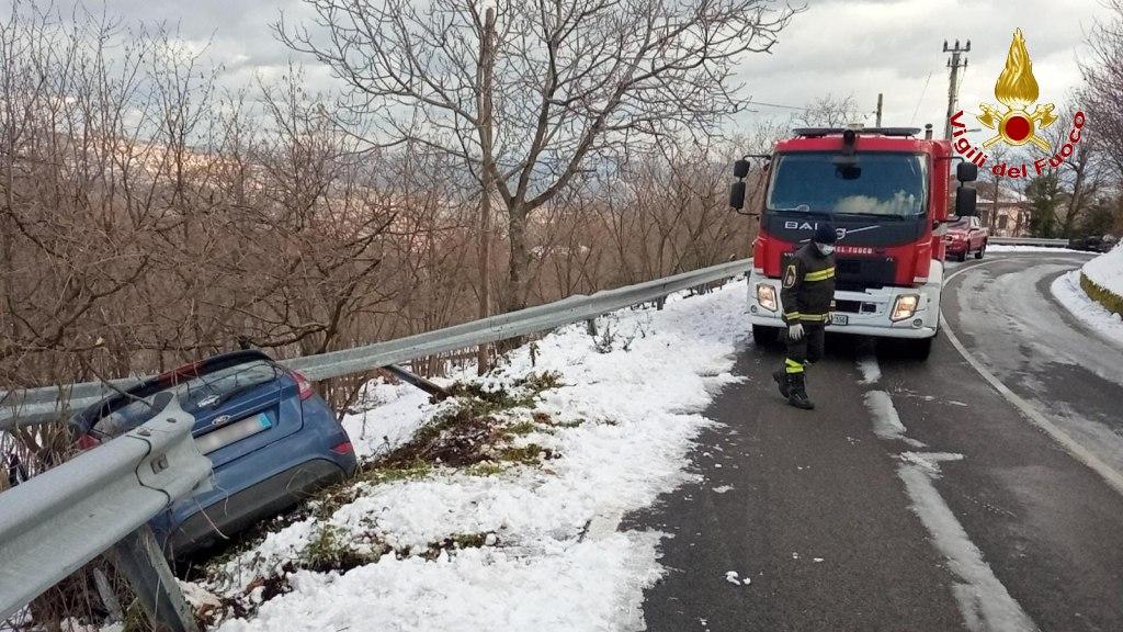 Auto fuori strada a Ospedaletto, illesa la ragazza alla guida. Autocarro impantanato a Roccabascerana