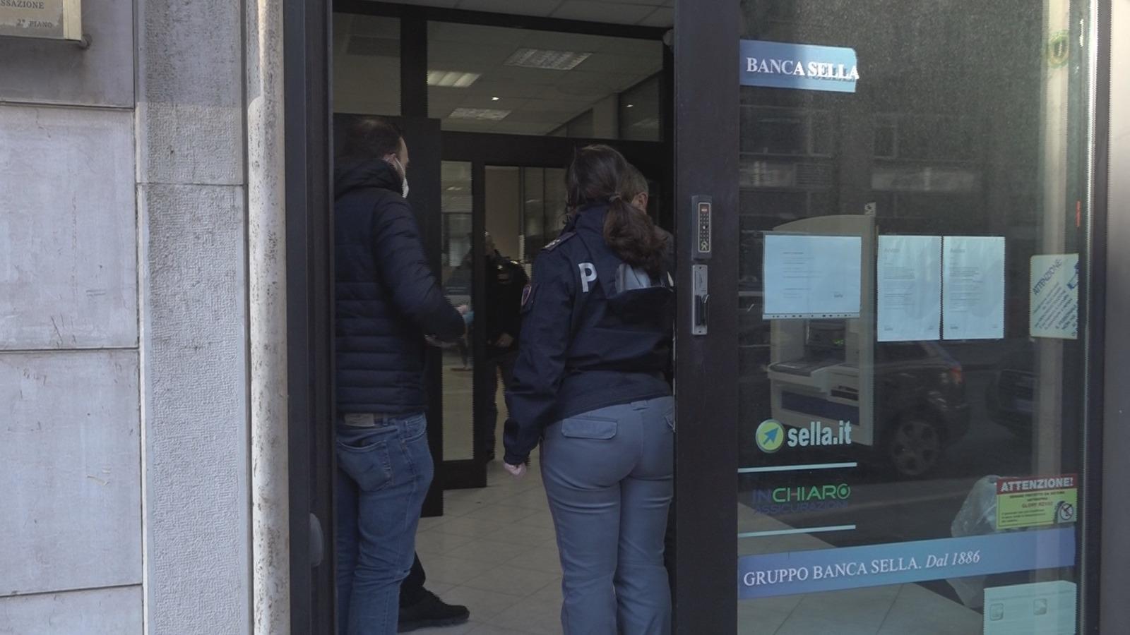 Avellino  Rapina alla Banca Sella, 2 banditi tengono in ostaggio clienti e dipendenti per circa mezz'ora e poi fuggono con il bottino
