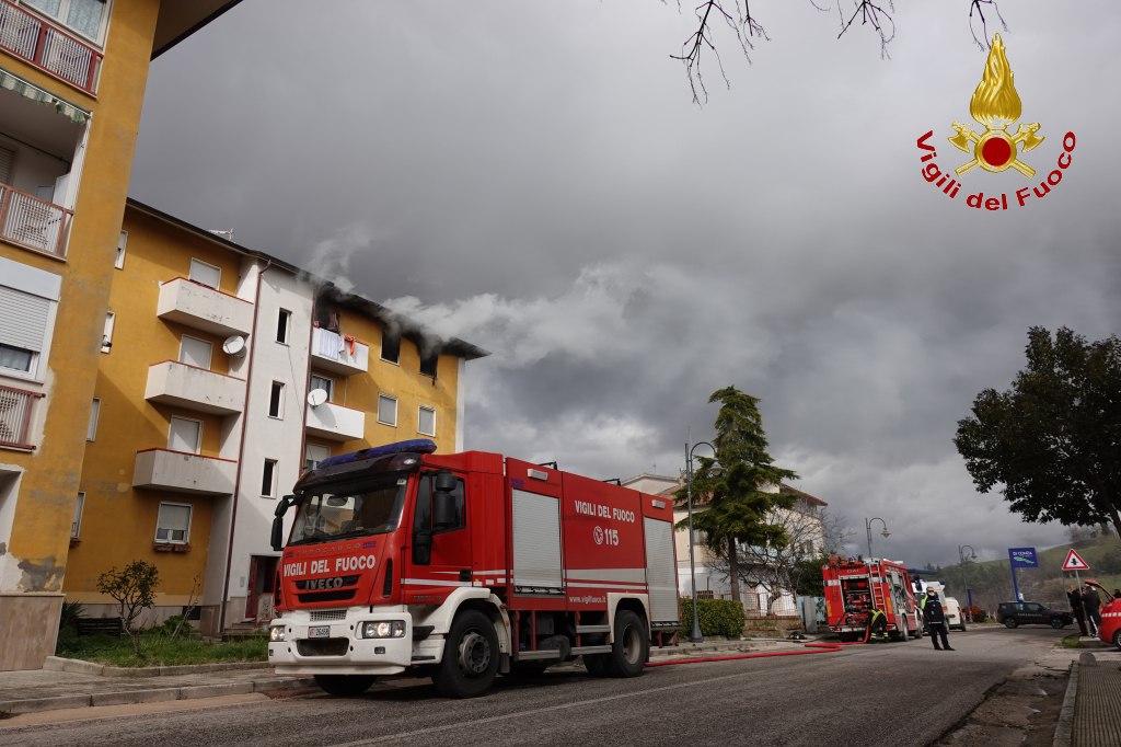 Lacedonia| Il vento riaccende le fiamme nell'alloggio popolare, carabinieri e condomini con i secchi d'acqua