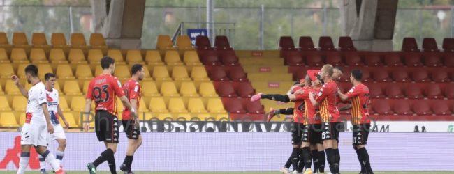 Il Benevento non riesce a battere neanche il Crotone. Simy pareggia all'ultimo assalto. Per la Strega non resta che sperare