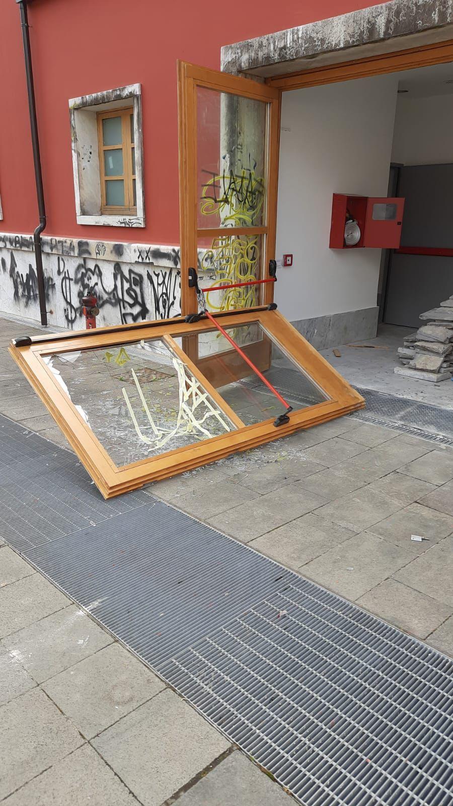 Avellino| Atti vandalici all'Eliseo, Gambardella: si concluda l'iter per riaprirlo