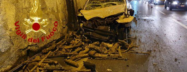 Auto contro camion sotto la galleria dell'Av-Sa, coppia ferita e trasportata al Moscati