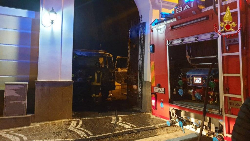 Quadrelle| Camion in fiamme nel cimitero, indagini dei carabinieri