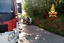 A S.Angelo dei L. auto si ribaltata, 2 ragazze ferite. Scooter in fiamme a Lioni