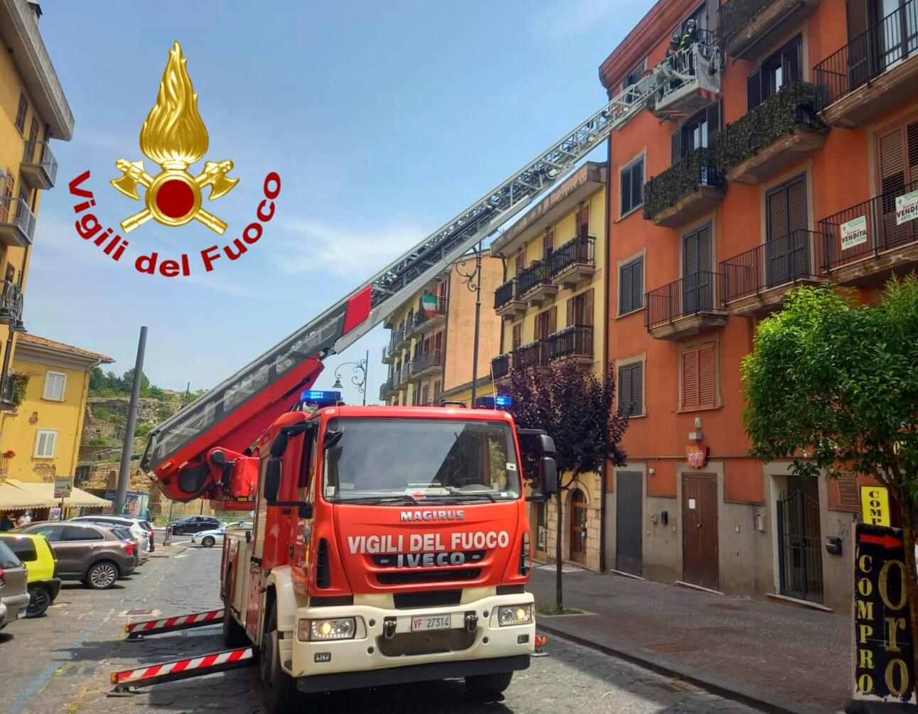 Avellino  Calcinacci dai balconi di un palazzo a corso Umberto I, intervengono i vigili del fuoco
