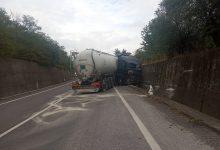 Camion contro muretto lungo la Telesina, illeso l'autista