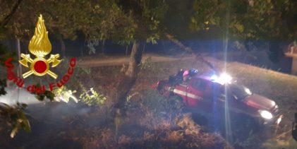 Incendio a Bagnoli Irpino, a fuoco legna, due furgoni e un fuoristrada