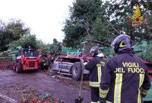 Incidente mortale sul raccordo Av-Sa: tir carico di pomodori si ribalta, muore l'autista