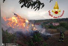 Frigento  In fiamme deposito agricolo, 2 squadre e un'autobotte dei vigili del fuoco alle prese con l'incendio
